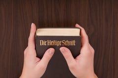 Een vrouw met een in hand Bijbel Royalty-vrije Stock Afbeelding