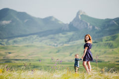 Een vrouw met een kleine jongen op de achtergrond van de bergen Royalty-vrije Stock Afbeelding
