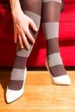 Een vrouw met een paar schoenen Stock Foto