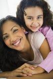 Een vrouw met haar dochter Stock Afbeeldingen