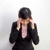 Een vrouw met hoofdpijn, migraine, spanning, kater in ex zaken stock afbeelding
