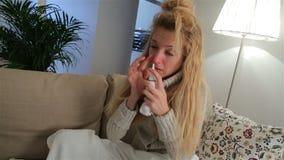 Een Vrouw met Koorts die Neusnevel en Niesgeluiden luid gebruiken stock footage