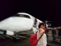 Een vrouw met een rugzak nodigt ons uit om te reizen stock afbeelding