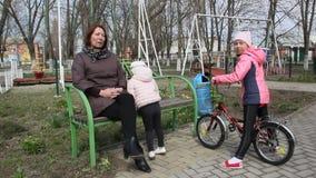 Een vrouw met twee kinderen in het park stock video