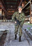 Een vrouw in militaire actie Royalty-vrije Stock Afbeeldingen