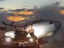 Een vrouw in militaire kleren op een vliegtuigachtergrond Stock Fotografie