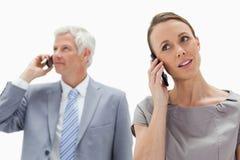 Een vrouw op de telefoon met een witte haarzakenman Stock Afbeelding