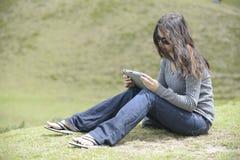 Een vrouw op het gras Stock Foto