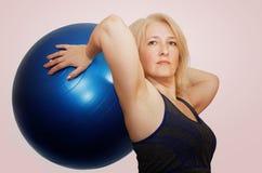 Een vrouw op middelbare leeftijd voert een oefening van Pilates uit royalty-vrije stock foto