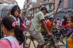 Een vrouw op een riksja in Katmandu, Nepal Stock Afbeelding