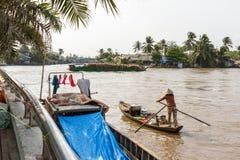 Een vrouw paddelt in haar boot onderaan de Mekong rivier in Nga-Baai, Vi Stock Afbeeldingen