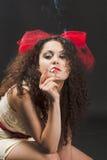 Een vrouw rookt Royalty-vrije Stock Afbeeldingen