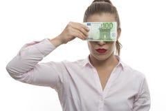 Een vrouw sluit haar ogen met geldrekeningen stock foto