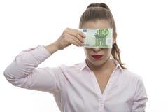 Een vrouw sluit haar ogen met geldrekeningen royalty-vrije stock fotografie