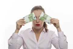 Een vrouw sluit haar ogen met twee geldrekeningen royalty-vrije stock afbeelding