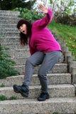 Een vrouw struikelt op een trap Royalty-vrije Stock Foto