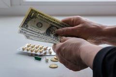 Een vrouw telt geld voor geneesmiddelen royalty-vrije stock afbeelding