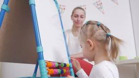 Een vrouw toont haar weinig dochter een tekenbord Het kind was gelukkige gift stock footage