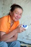 Een vrouw van Aziatische verschijning het drinken thee Stock Fotografie