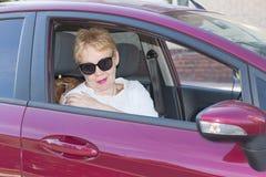 Een vrouw van rijpe leeftijd in zonnebril stock afbeelding