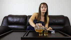 Een vrouw vult glazen met alcohol en biedt haar metgezel aan drank aan stock videobeelden