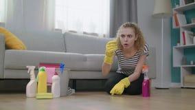 Een vrouw is weerzinwekkend wanneer hij een reusachtige mug terwijl schoonmakend vindt stock footage
