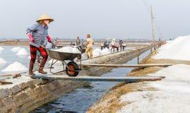 Een vrouw werkt bij de zoute gebieden van Hon Khoi in Nha Trang, Vietnam Stock Foto