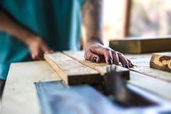 Een vrouw werkt in een timmerwerkworkshop royalty-vrije stock afbeelding