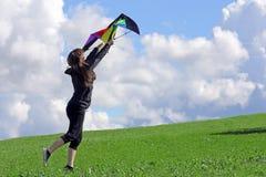 Een vrouw wil een vlieger in de herfst vliegen Stock Afbeelding