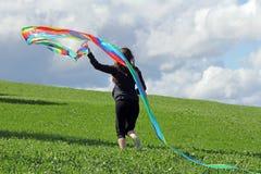 Een vrouw wil een vlieger in de herfst vliegen Royalty-vrije Stock Foto's