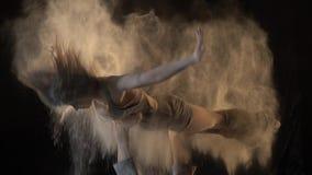 Een vrouw wordt geworpen omhoog met haar voeten en zij draait in de lucht, acroyoga met krijt stock video