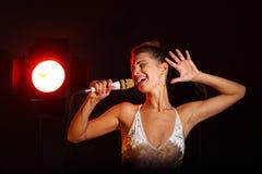 Een vrouw zingt een lied in de studio royalty-vrije stock foto