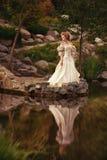 Een vrouw zoals een prinses in een uitstekende kleding Royalty-vrije Stock Afbeelding