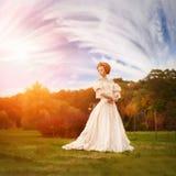 Een vrouw zoals een prinses in een uitstekende kleding royalty-vrije stock fotografie