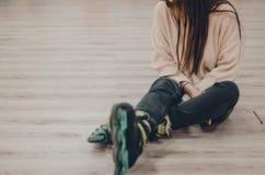 Een vrouw in zwarte rolschaatsen royalty-vrije stock foto's
