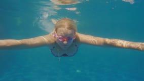 Een vrouw zwemt in de pool Niet erkende duikerstijgingen aan de oppervlakte stock footage