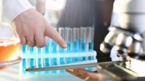 Een vrouwelijke arts in een chemisch laboratorium houdt royalty-vrije stock afbeeldingen