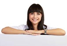 Een vrouwelijke arts met een leeg teken Stock Foto's