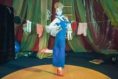 Een vrouwelijke clown in een stadiumbeeld stock foto