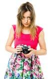 Een vrouwelijke fotograaf in magenta kleding met uitstekende analoge camera die - voorbereidingen treffen stock foto