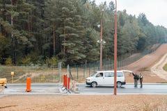Een vrouwelijke grenswacht controleert de documenten Stock Afbeelding