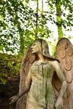Een vrouwelijke houten engel met bomen op de achtergrond Royalty-vrije Stock Afbeelding