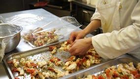 Een vrouwelijke kok die sommige garnalen zetten doorsteekt in de plastic zakken alvorens hen vacu5um te zetten hen voor catering, stock footage