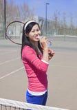Een vrouwelijke student bevindt zich op tennisgrond Royalty-vrije Stock Foto