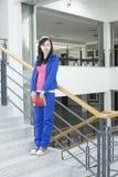 Een vrouwelijke student die zich op de trede bevindt Royalty-vrije Stock Afbeeldingen