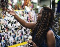 Een vrouwelijke toerist die dreadlock uitbreiding kiezen royalty-vrije stock fotografie