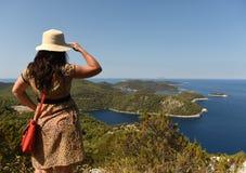 Een vrouwelijke toerist op het Eiland Lastovo, Kroatië royalty-vrije stock fotografie