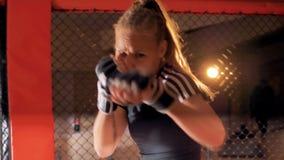 Een vrouwelijke vechter opleiding 4K stock video