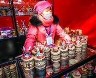 Een vrouwelijke verkoper van traditionele Chinese handcraft van kleibeeldhouwwerk, op de Tempelmarkt van het de Lentefestival, ti Royalty-vrije Stock Fotografie