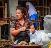 Een vrouwen verkopend voedsel bij markt in Bali, Indonesië royalty-vrije stock afbeeldingen